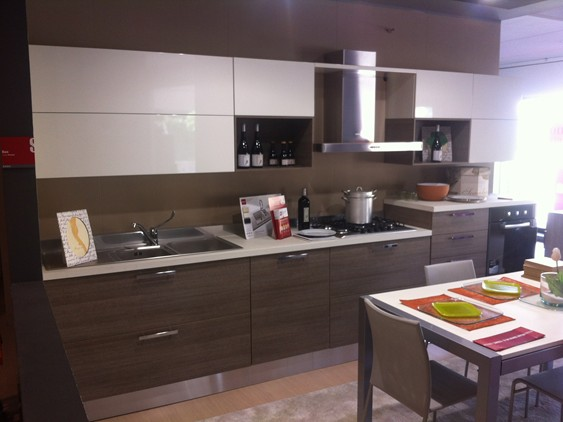 Cucina liberamente in decorativo laccato opaco rovere for Avizzano arredamenti