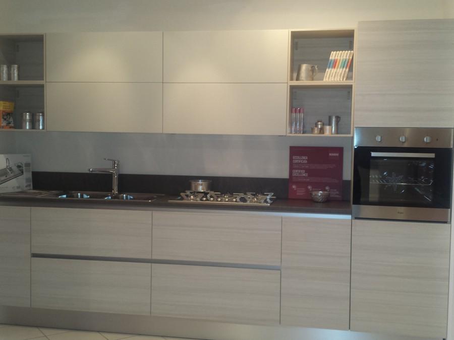 Cucina liberamente in decorativo legno, laccato opaco larice ...