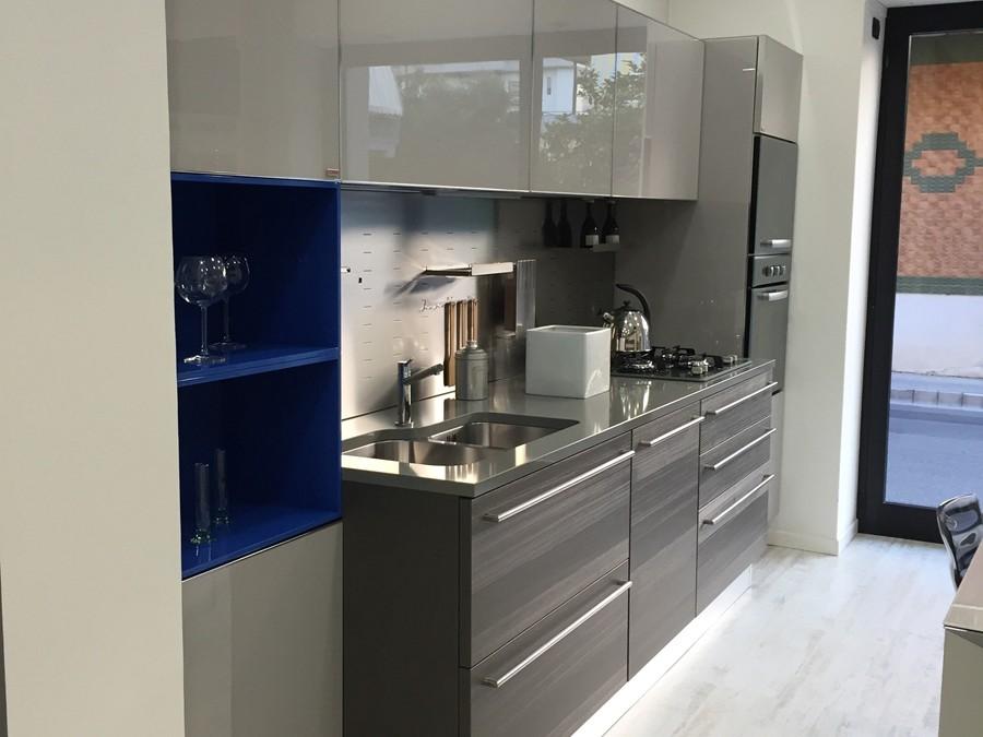 Cucina feel in laccato lucido tactile laccato vetro lucido azzurro grigio outlet ufficiale - Tavolo tai scavolini ...